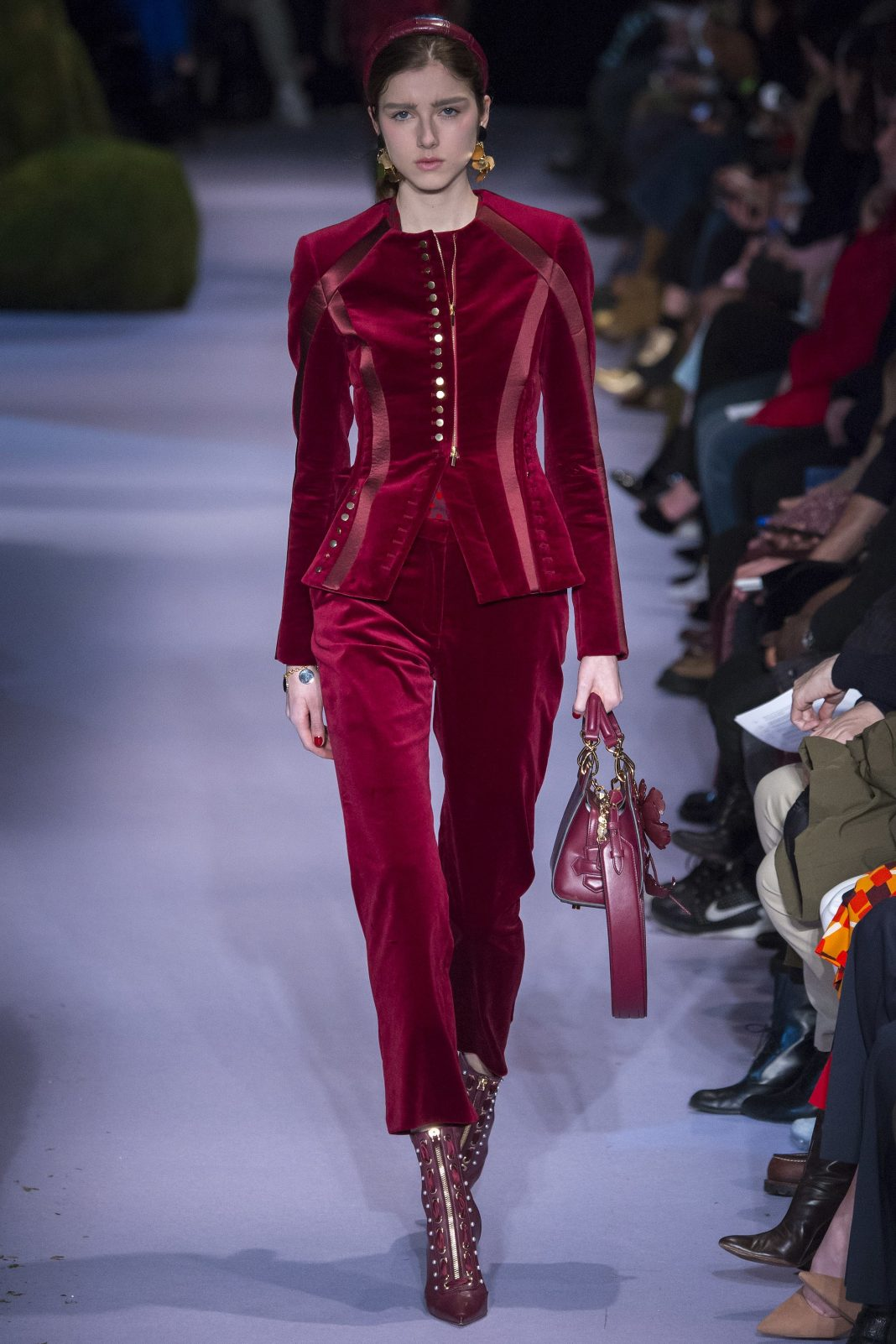 0e352360fc Vyberte si šaty alebo oblek v súčasnej červenej